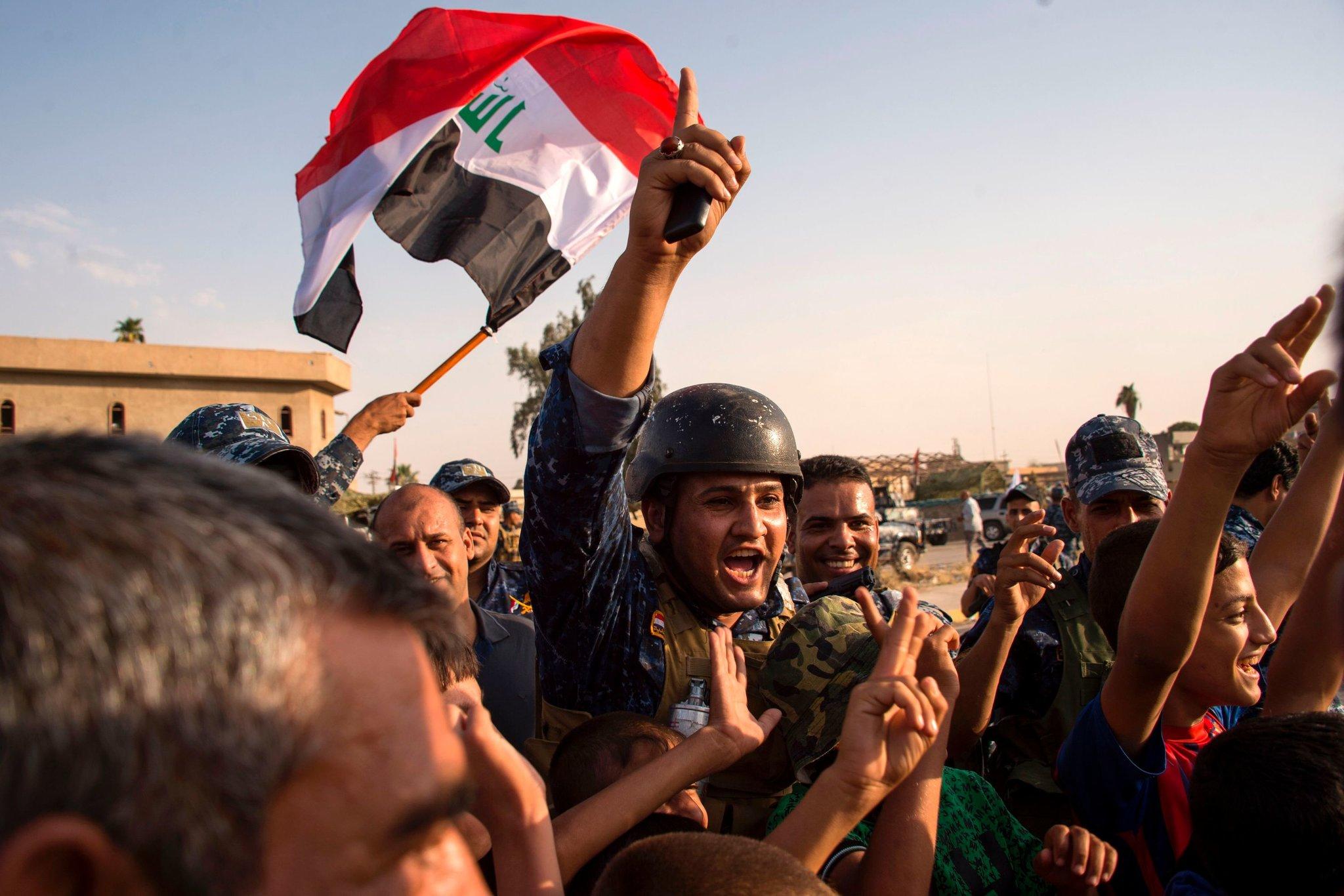 ضباط عراقيون يحتفلون بتحرير الموصل (فاضل سينا/ أ.ف.ب)