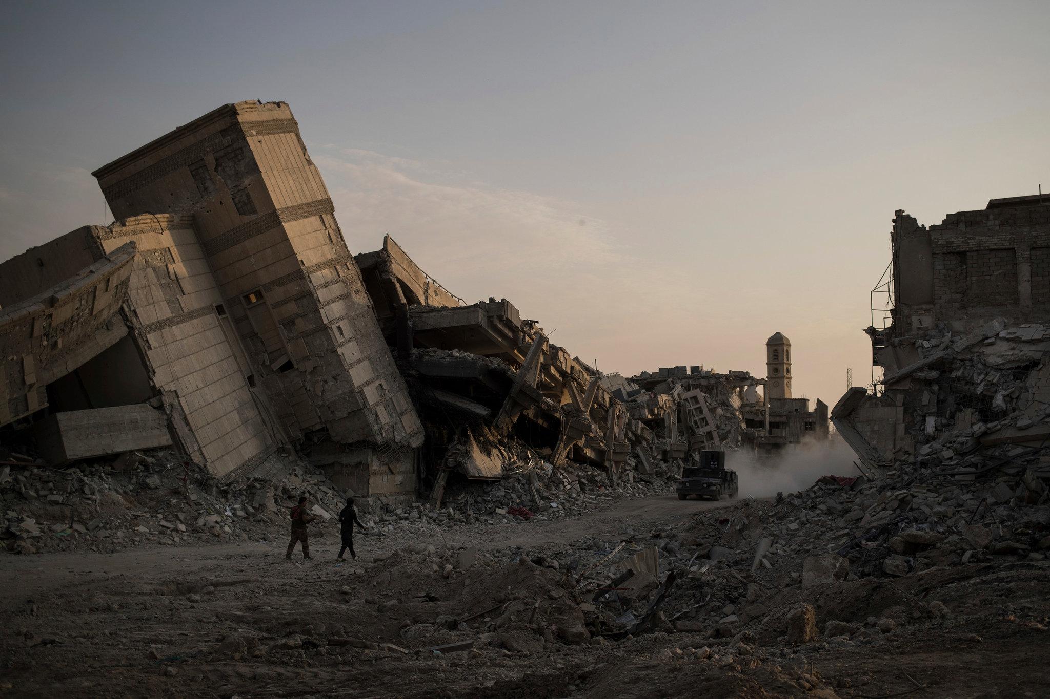 من آثار دمار الموصل على خلفية الحرب الضروس ضد داعش ( فيليب دانا/ أسوشيتد برس)