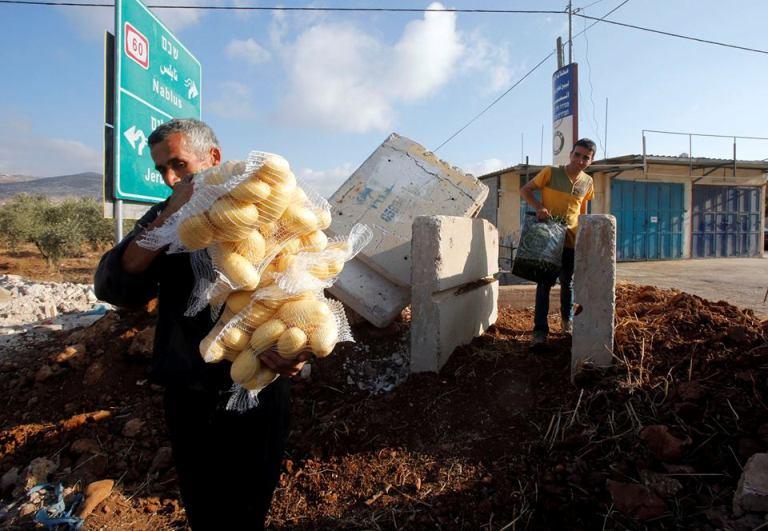 تجّار سوق الخضار والفواكه في بيتا جنوب نابلس، تضرروا من الإغلاقات بشكل لافت