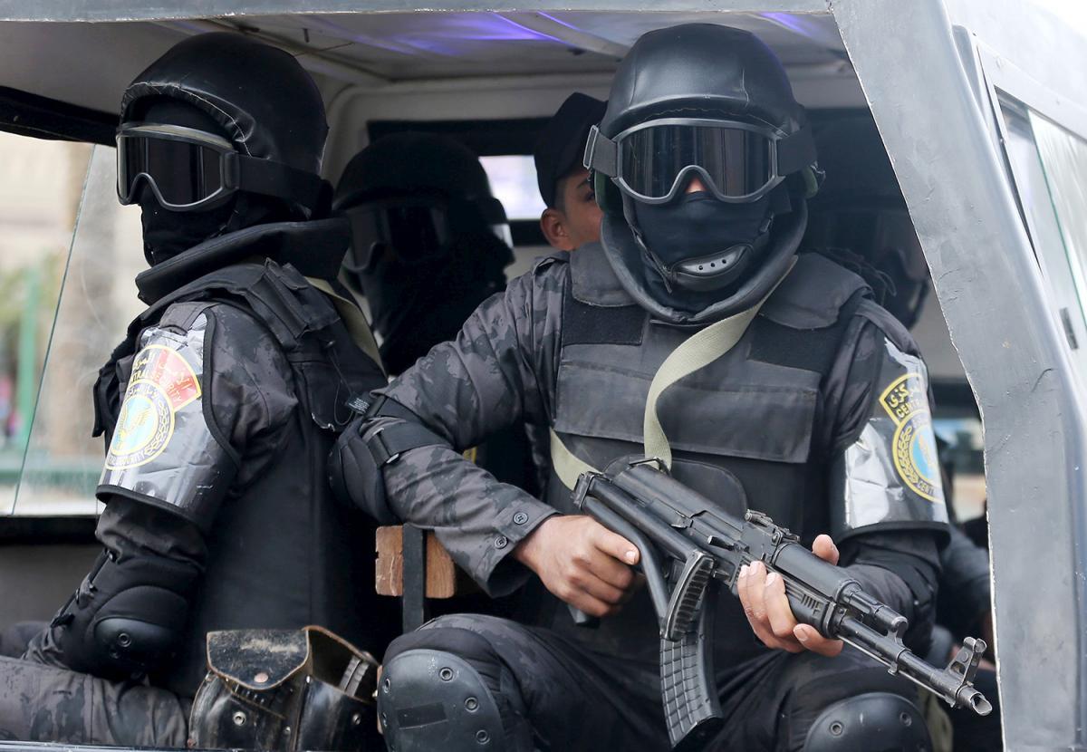للداخلة المصرية سمعة سيئة في انتهاج التعذيب كنمط سائد في استجواب المعتقلين (محمد عبدالغني/رويترز)