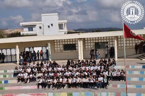 تلاميذ المعهد النموذجي ببنزرت في احتجاج مطالبين بزي مدرسي موحد (فيسبوك: الصفحة الخاصة بالمعهد)