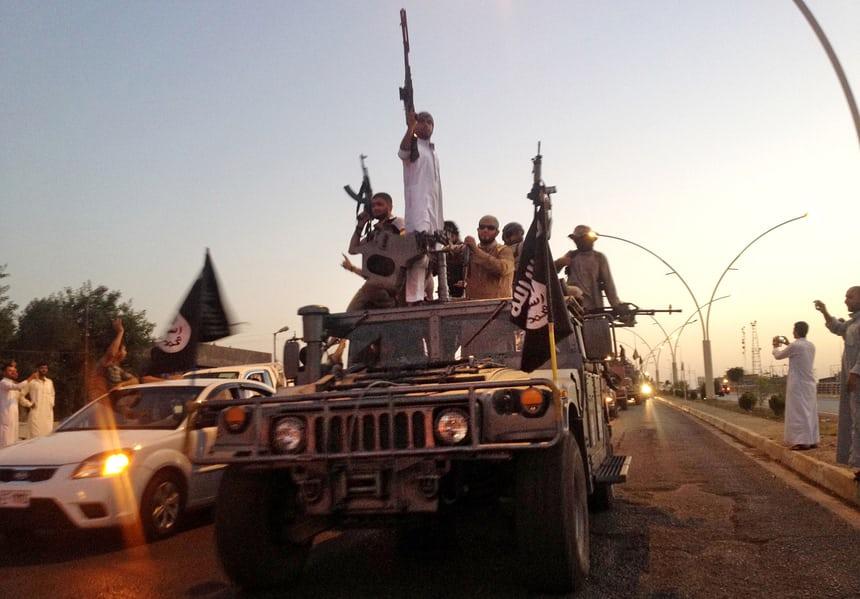 موكب لعناصر داعش في الموصل (أسوشيتد برس)
