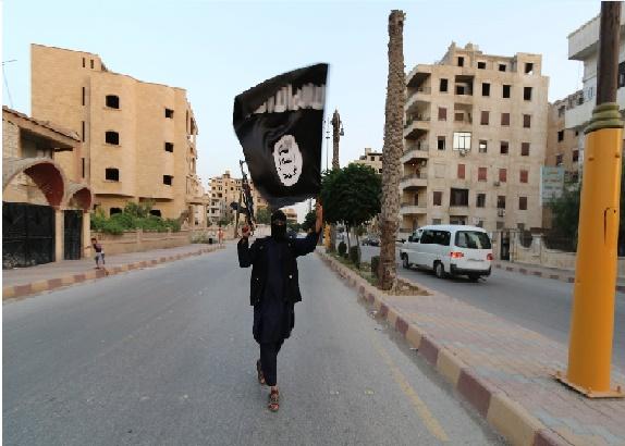 أحد عناصر داعش في الرقة (رويترز)