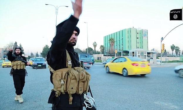 عنصرين من داعش ينظمان المرور في مدينة الموصل