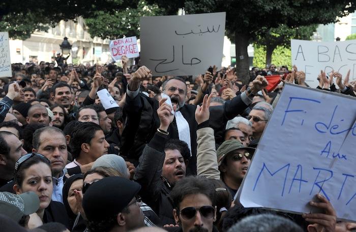 العيادي يوم 14 يناير 2011 في مظاهرات إسقاط النظام(فتحي بلعيد/أ.ف.ب)