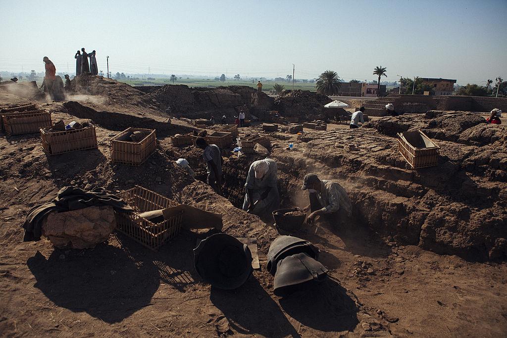 ضبطت شرطة السياحة 3 آلاف قطعة آثار مسروقة خلال عام 2015 (Getty)