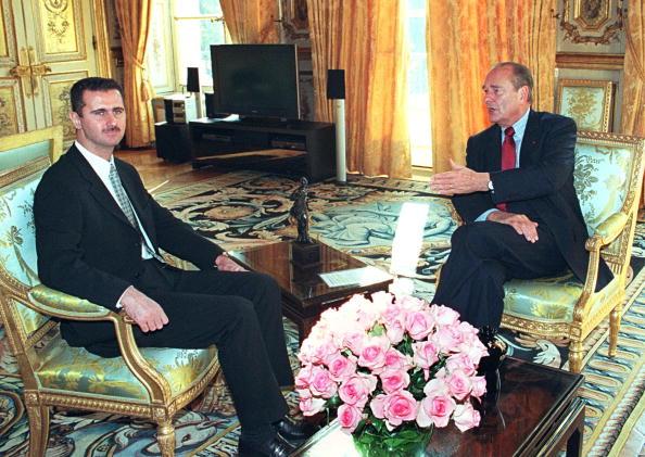 الرئيس الفرنسي جاك شيراك ورئيس النظام السوري بشار الأسد، قبل سنين العزلة (فرانسوا موري/ Getty)