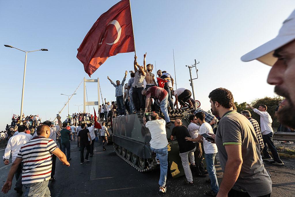 كان الشعب التركي حائط الصد الأول لمحاولة الانقلاب الفاشلة (Getty)