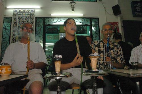 تعمر المقاهي التونسية في المدينة العربي (فتحي بلعيد/أ.ف.ب)