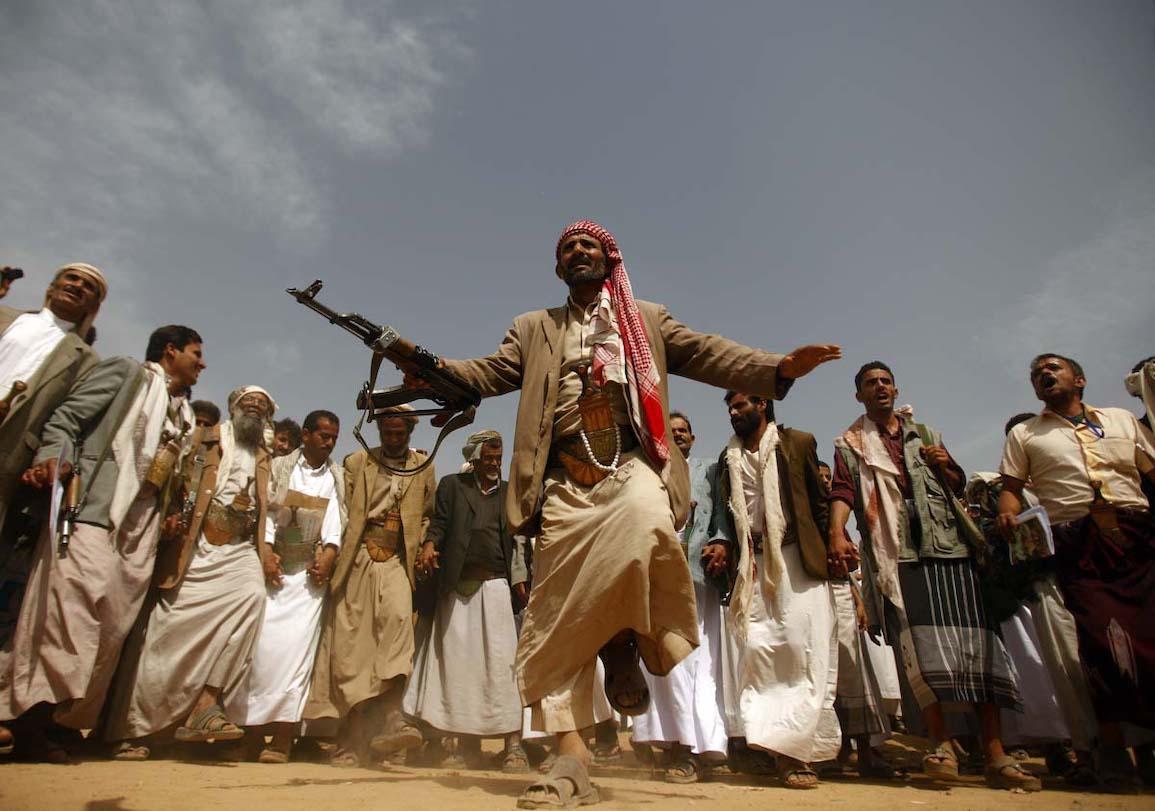 رقصة شعبية لرجال إحدى القبائل الموالية للحوثيين (ذي بالتيمور صن)