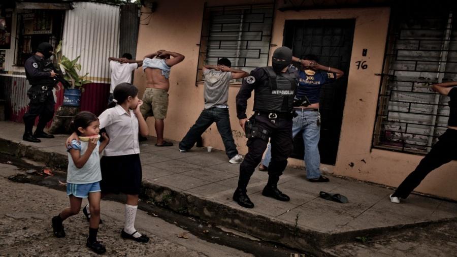 سياسة الإفلات من العقاب، تحفز الشرطة السلفادورية على الإفراط في الانتهاكات (توماس مونيتا/ نيويورك تايمز)
