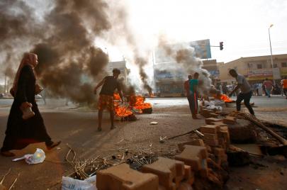 المجلس العسكري يفض اعتصام السودان بالقوة.. والشارع يرد بالعصيان الشامل