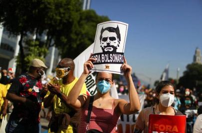 عشرات آلاف البرازيليين يتظاهرون ضد سوء إدارة الرئيس بولسونارو لملف كورونا