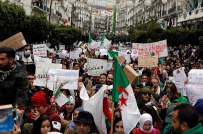 كيف رد الشارع الجزائري على استجابة بوتفليقة