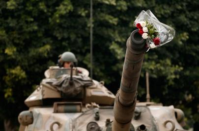 سيكولوجية الضابط المنشق: لماذا لا تكفي المظاهرات وحدها للإطاحة بالنظام؟