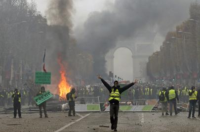 احتجاجات فرنسا أكثر قوة.. تخبّط يضرب خطاب السلطة