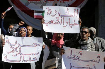أين وصلت مناورات البشير مع أول يوم عصيان مدني في السودان؟