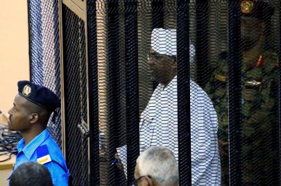 محاكمة البشير.. أموال ابن سلمان في قفص الاتهام مجددًا