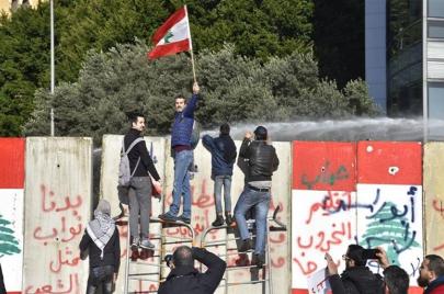 فقدان الثقة بالحكومة وتدهور الاقتصاد يدفعان اللبنانيين إلى الشوارع مجددًا