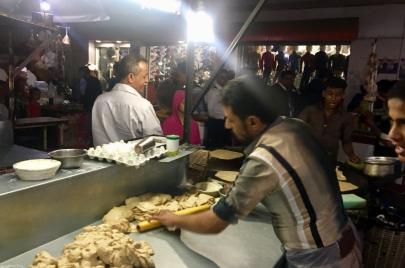 شارع المطاعم العدنية بصنعاء.. أطباق شعبية تجمع اليمنيين