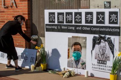 الصين تعتذر: أسأنا إلى الطبيب الذي حذّر مبكّرًا من تفشّي فيروس كورونا