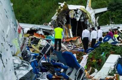 شاهد: تحطم طائرة ركاب هندية انزلقت عن المدرج وانشطرت نصفين