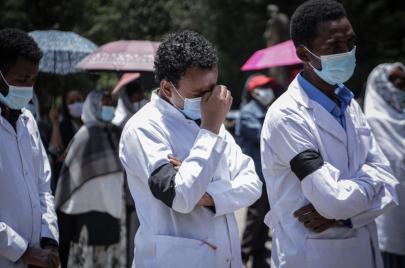 تصاعد هجرة الأطباء من أفريقيا يفاقم معضلة استنزاف الأدمغة