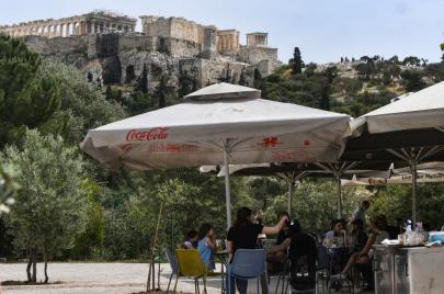 اليونان تسمح للمطاعم والمقاهي بتقديم خدماتها في الهواء الطلق
