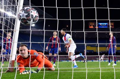 باريس سان جيرمان يهين برشلونة برباعيّة.. وليفربول يداوي جراحه على حساب لايبزيج