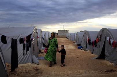 لاجئات سوريات يتحدين الظروف بأعمال تقهر الرجال!
