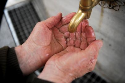 هل يساعد الوضوء وشرب الماء على الوقاية من فيروس كورونا الجديد؟