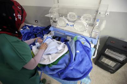 لماذا يموت أطفال رُضّع أمام المستشفيات في لبنان؟