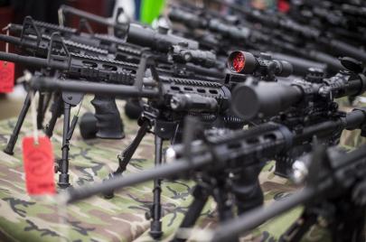 في أمريكا أيضا.. السلاح زينة الرجال!