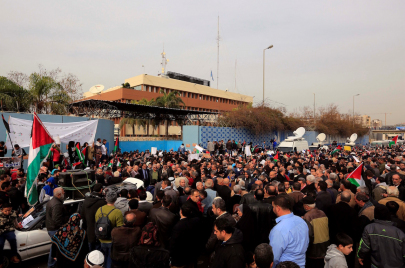اللاجئون الفلسطينيون والأونروا.. إلى الشارع دُر