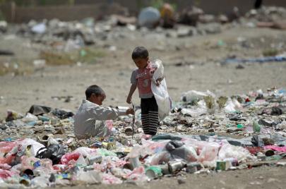القمامة.. كل ما تبقى لنازحي