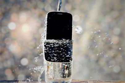 كيف تكتشف إذا كان هاتفك مقاومًا للماء فعلًا؟