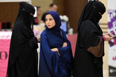 غضب افتراضي من سعودية نزعت حجابها ونشرت الصور