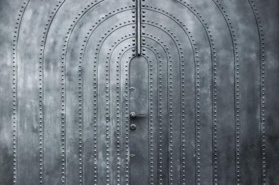 أبوابٌ معدنيَّة