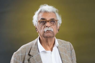طارق علي: عزل الأدب عن السياسة ضرب من الوهم