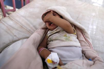 مليون مصاب بالكوليرا في اليمن.. وابن سلمان ماضٍ في مهازله الكارثية