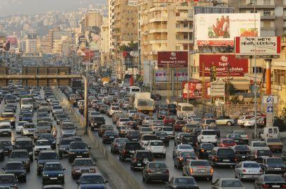 بيروت في فترة الأعياد.. شارع مزدحم بالسيارات