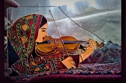 رقية الواسعي.. فنانة يمنية ترسم لوحاتها على حطام الحرب