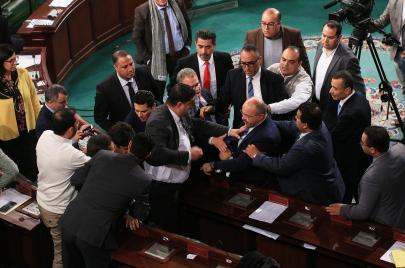 بالفيديو: أبرز 5 مشاجرات بالأيدي شهدتها برلمانات عربية