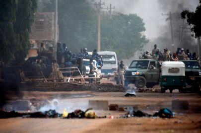 بعد انقطاع دام شهرًا.. عودة الإنترنت في السودان بـ#توثيق_مجزرة_القيادة_العامة