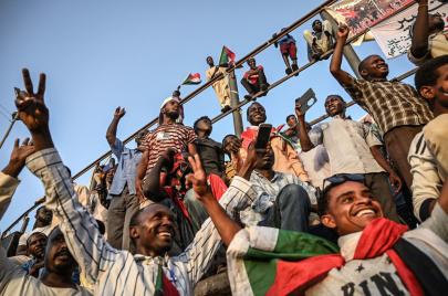 متاريس ثورية.. السودانيون في مواجهة استقواء العسكر بالمحور السعودي